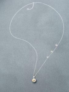 Bola gri piciorușe suflate cu aur (lanț argint)