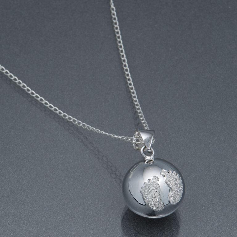 Bola argintiu cu piciorușe din pudră de diamant (lanț argint)