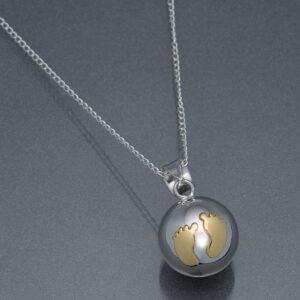 Bola argintiu cu piciorușe din aur (lanț argint)