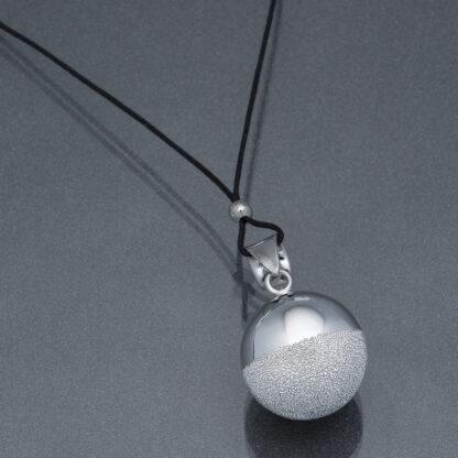 Bola argintiu pudră de diamant argintie (șnur negru)